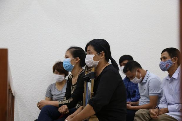 Mẹ thất thần trong phiên xử nam sinh chạy Grab bị sát hại, cướp tài sản ở Hà Nội: Tôi đã không còn nước mắt để khóc nữa rồi - Ảnh 5.