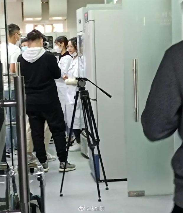 Chán cung đấu, chị hậu Châu Tấn đổi nghề làm nghiên cứu sinh, diện blouse trắng mặt non choẹt như gái đôi mươi luôn nha! - Ảnh 2.