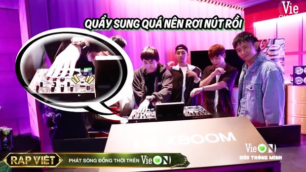 Team Karik quậy banh nóc trong hậu trường Rap Việt, đến nỗi làm hỏng bàn mixer của DJ Mie khiến cô nàng quạu to đầu - Ảnh 2.