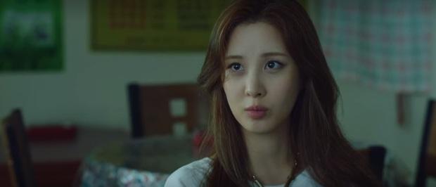 Seo Hyun bị mẹ ruột xô thẳng vào ô tô vì ham hố tiền bảo hiểm ở Private Lives tập 1 - Ảnh 3.