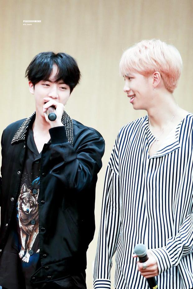 Ăn tối tại nhà hàng ở Hawaii, thủ lĩnh RM và anh cả Jin để lộ mối quan hệ mờ ám trong tiếng cười vỡ oà của BTS? - Ảnh 8.