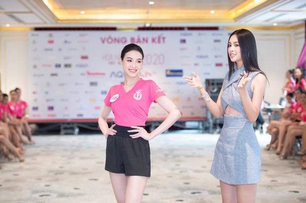 Tiểu Vy khoe eo con kiến giữa dàn thí sinh HHVN 2020, màn đọ sắc với bạn gái tin đồn của Đoàn Văn Hậu thành tâm điểm - Ảnh 6.