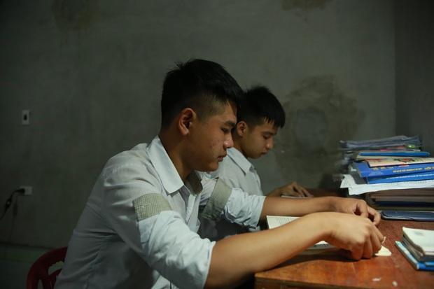 Bách khoa Hà Nội hỗ trợ học phí, xe lăn và chỗ ở cho nam sinh được bạn cõng đi học 10 năm - Ảnh 1.