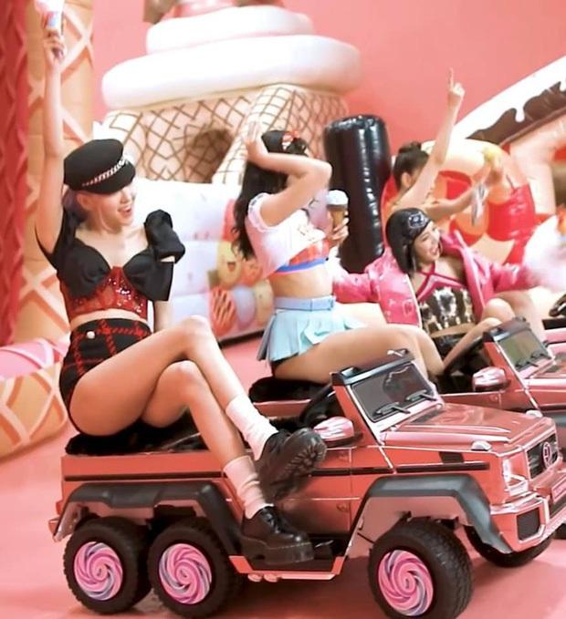 BLACKPINK cứ ra MV là có biến: Rosé bị nhà đài tuýt còi vì cảnh khóc lóc khi lái xe, riêng Jennie liên tục dính phốt trang phục - Ảnh 11.