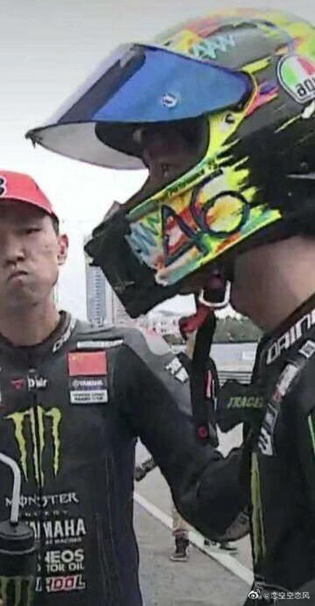 Hình ảnh gây tranh cãi: Vương Nhất Bác rơi nước mắt sau tai nạn, đối thủ hả hê đập tay ăn mừng ngay trên đường đua - Ảnh 2.
