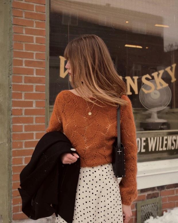 Để đẹp như gái Pháp, nàng công sở Việt hãy học theo 5 cách diện áo len mỏng đẹp đủ mọi đường - Ảnh 11.