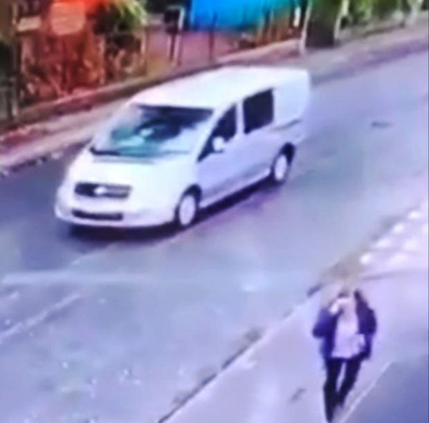 Lôi xềnh xệch người phụ nữ để cướp xe, 2 gã đàn ông không ngờ 3 nhân vật xuất hiện ở ghế sau buộc chúng phải dừng lại và kết cục khó hiểu - Ảnh 3.
