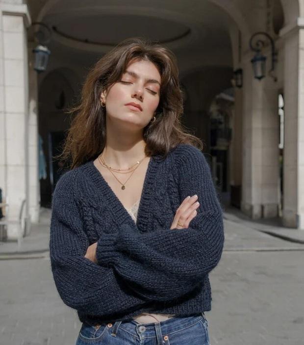 Để đẹp như gái Pháp, nàng công sở Việt hãy học theo 5 cách diện áo len mỏng đẹp đủ mọi đường - Ảnh 7.