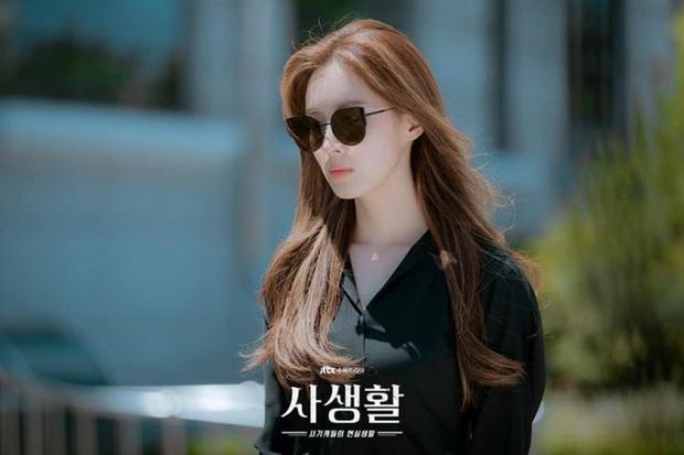 Seo Hyun bị mẹ ruột xô thẳng vào ô tô vì ham hố tiền bảo hiểm ở Private Lives tập 1 - Ảnh 1.