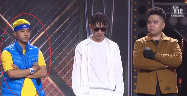 Điểm trùng hợp giật mình tại Rap Việt: cứ đứng rìa trái là mặc định thắng trận giải cứu? - Ảnh 1.