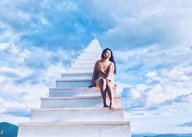 Dân mạng phẫn nộ trước clip người thân để em bé một mình trèo lên cầu thang vô cực ở Sapa vô cùng nguy hiểm - Ảnh 2.