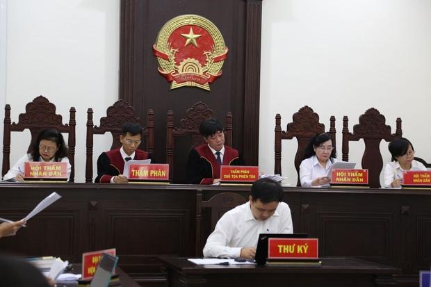 Mẹ thất thần trong phiên xử nam sinh chạy Grab bị sát hại, cướp tài sản ở Hà Nội: Tôi đã không còn nước mắt để khóc nữa rồi - Ảnh 2.