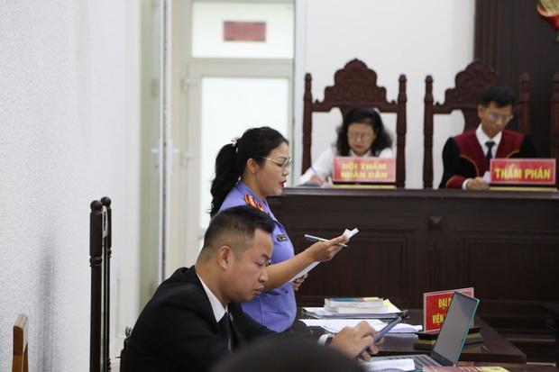 Mẹ thất thần trong phiên xử nam sinh chạy Grab bị sát hại, cướp tài sản ở Hà Nội: Tôi đã không còn nước mắt để khóc nữa rồi - Ảnh 3.