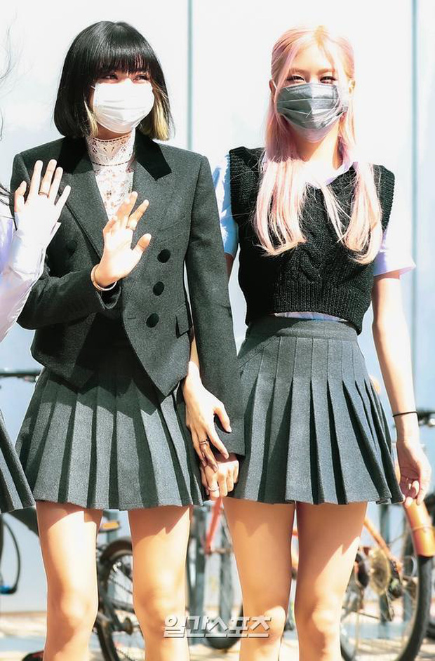 BLACKPINK gây sốt khi đi làm: Jennie xinh xỉu với tóc mới, Lisa - Jisoo diện đồng phục chanh sả, nhưng chân sao thế này? - Ảnh 13.