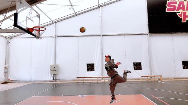 Rapper LiL Knight khiến fan thích thú với dáng ném bóng rổ cực lạ: Người gọi là phượng hoàng ấp trứng, người thấy giống dáng ếch vồ hoa mướp - Ảnh 2.