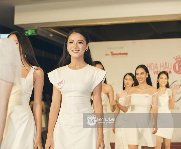 Loạt ảnh bóc hình thể thật của top 60 Hoa hậu Việt Nam 2020 trước đêm bán kết: Có thí sinh lộ body không như mơ! - Ảnh 9.