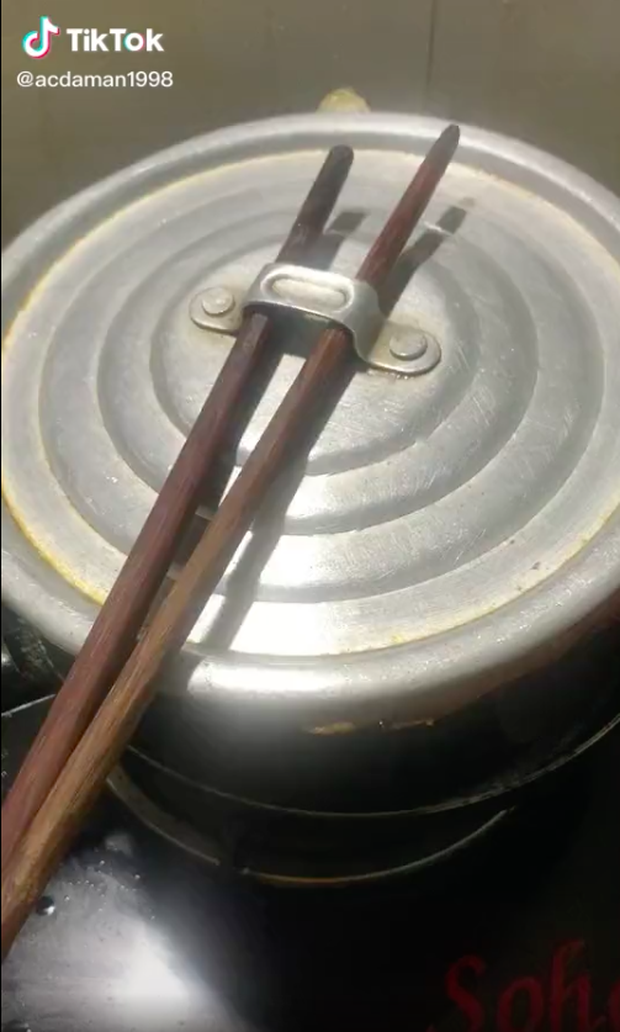 Cô nàng đăng clip rán cá với kỹ thuật thượng thừa không ai lý giải nổi, đầu bếp vào xem xong ngậm ngùi đi ra - Ảnh 1.