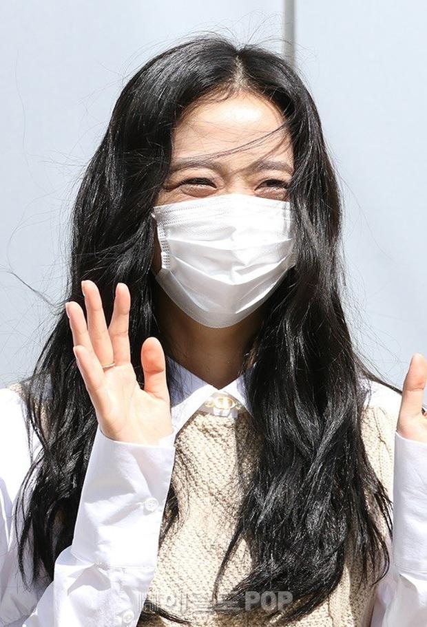 BLACKPINK gây sốt khi đi làm: Jennie xinh xỉu với tóc mới, Lisa - Jisoo diện đồng phục chanh sả, nhưng chân sao thế này? - Ảnh 7.