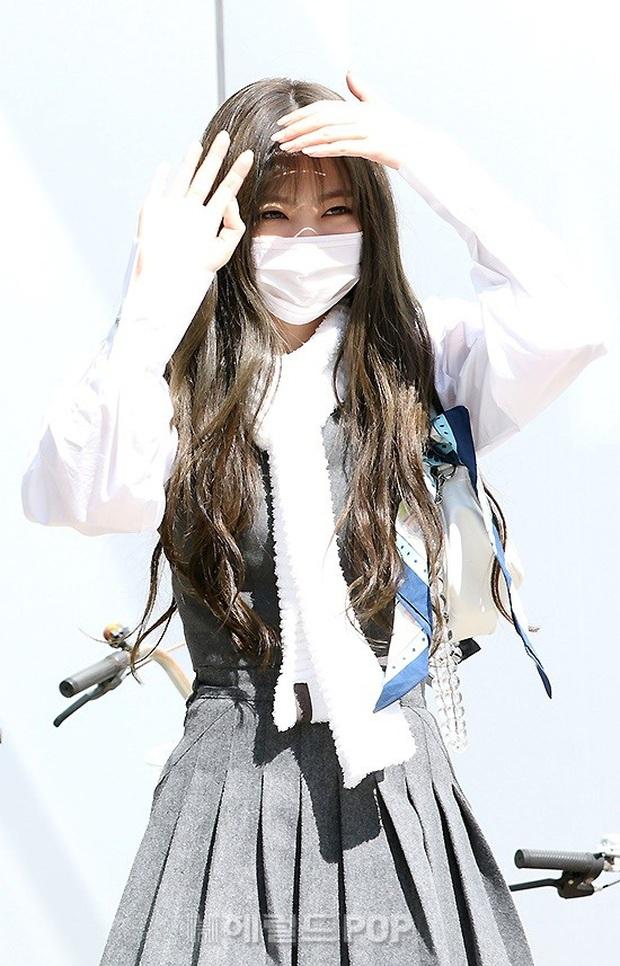 BLACKPINK gây sốt khi đi làm: Jennie xinh xỉu với tóc mới, Lisa - Jisoo diện đồng phục chanh sả, nhưng chân sao thế này? - Ảnh 4.