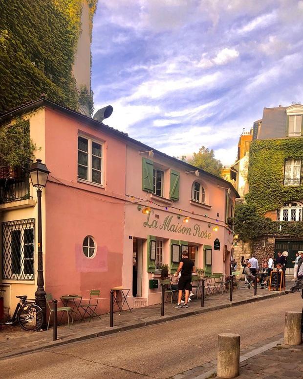 Một quán cafe màu hồng ở Paris gây sốt toàn thế giới nhờ Netflix, tuy nhiên gây tranh cãi vì nhân viên quá xấu tính? - Ảnh 2.
