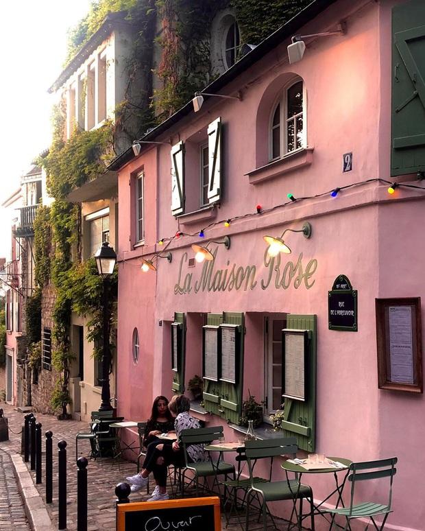 Một quán cafe màu hồng ở Paris gây sốt toàn thế giới nhờ Netflix, tuy nhiên gây tranh cãi vì nhân viên quá xấu tính? - Ảnh 3.