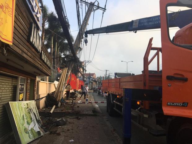 TP.HCM: 2 kẻ trộm lái ô tô tông gãy cột điện, hàng trăm hộ dân bị mất điện - Ảnh 1.