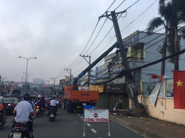 TP.HCM: 2 kẻ trộm lái ô tô tông gãy cột điện, hàng trăm hộ dân bị mất điện - Ảnh 2.