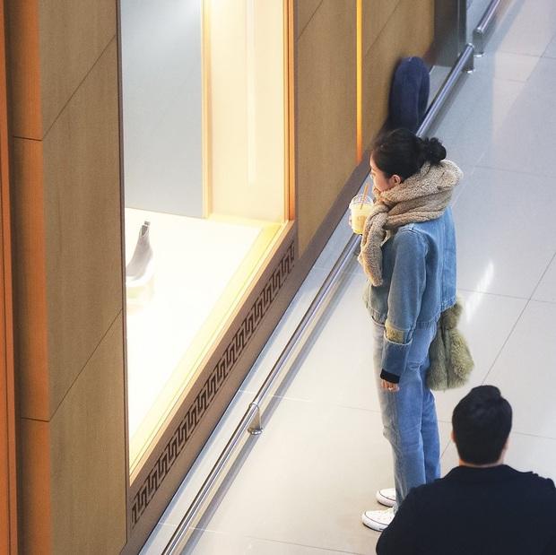 Khoảnh khắc Jennie đứng tần ngần trước cửa hàng được đào lại, đáng chú ý nhất là biểu cảm max cute khi không được mua  - Ảnh 2.