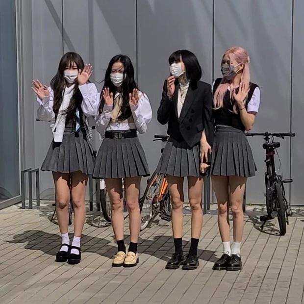 BLACKPINK gây sốt khi đi làm: Jennie xinh xỉu với tóc mới, Lisa - Jisoo diện đồng phục chanh sả, nhưng chân sao thế này? - Ảnh 15.