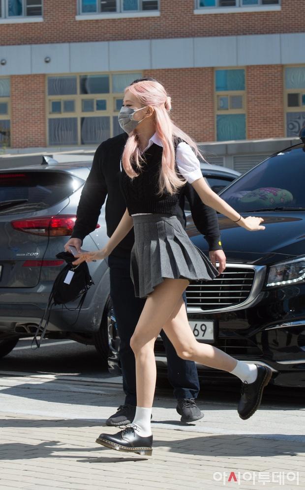 BLACKPINK gây sốt khi đi làm: Jennie xinh xỉu với tóc mới, Lisa - Jisoo diện đồng phục chanh sả, nhưng chân sao thế này? - Ảnh 10.