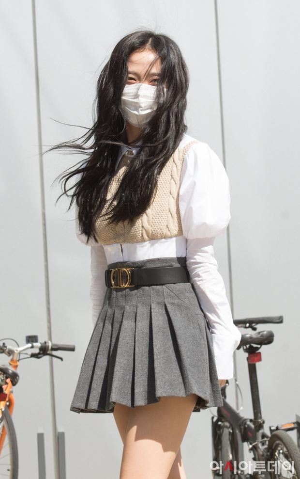 BLACKPINK gây sốt khi đi làm: Jennie xinh xỉu với tóc mới, Lisa - Jisoo diện đồng phục chanh sả, nhưng chân sao thế này? - Ảnh 8.