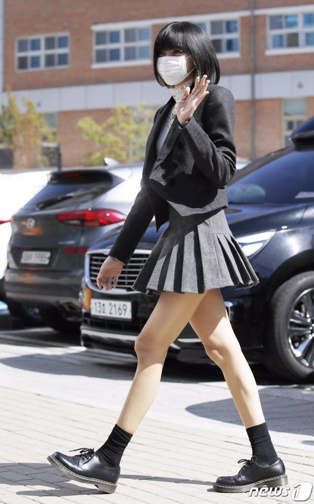 BLACKPINK gây sốt khi đi làm: Jennie xinh xỉu với tóc mới, Lisa - Jisoo diện đồng phục chanh sả, nhưng chân sao thế này? - Ảnh 12.