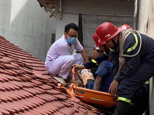 Giải cứu nam công nhân bị trượt ngã gãy xương đùi, mắc kẹt trên mái nhà ở Sài Gòn - Ảnh 1.