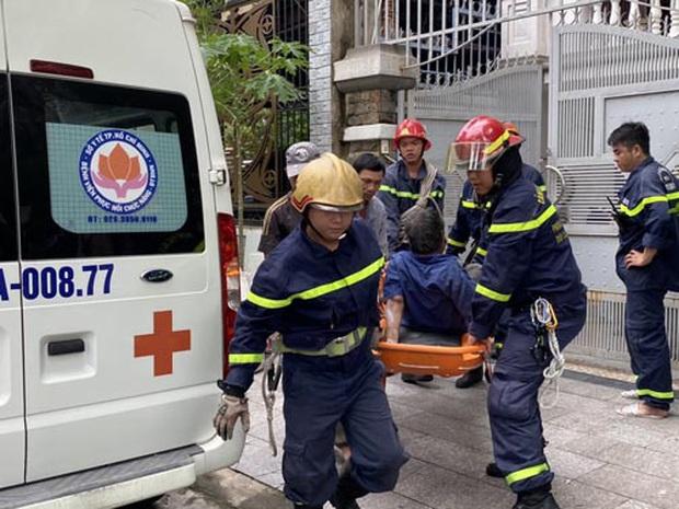 Giải cứu nam công nhân bị trượt ngã gãy xương đùi, mắc kẹt trên mái nhà ở Sài Gòn - Ảnh 2.
