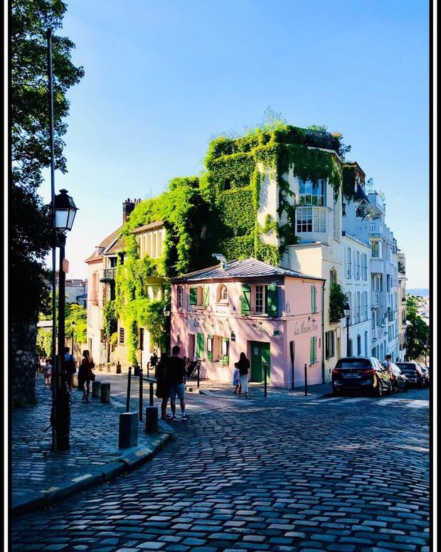 Một quán cafe màu hồng ở Paris gây sốt toàn thế giới nhờ Netflix, tuy nhiên gây tranh cãi vì nhân viên quá xấu tính? - Ảnh 9.