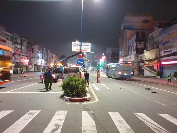 Xe cấp cứu đang chở bệnh nhân tông xe máy qua đường, 1 người nguy kịch - Ảnh 2.