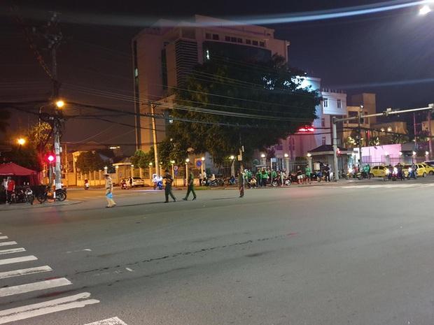 Xe cấp cứu đang chở bệnh nhân tông xe máy qua đường, 1 người nguy kịch - Ảnh 3.