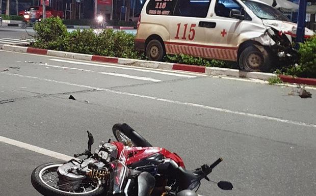 Xe cấp cứu đang chở bệnh nhân tông xe máy qua đường, 1 người nguy kịch - Ảnh 1.