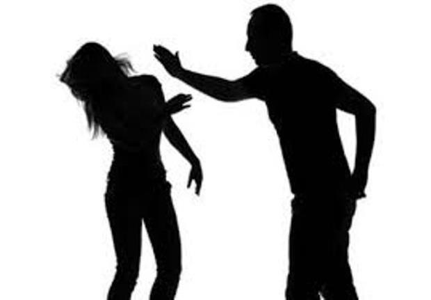 Vợ tố chồng thường xuyên nấp trong tủ quần áo để theo dõi mình, cảnh sát hỏi rõ sự tình thì nhanh chóng đưa người này đi ngay lập tức - Ảnh 2.