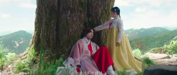 Lee Dong Wook liên tục quện môi Jo Bo Ah, còn có ngay cảnh giường chiếu ở Bạn Trai Tôi Là Hồ Ly tập 2 - Ảnh 1.