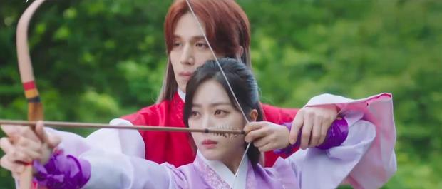 Lee Dong Wook liên tục quện môi Jo Bo Ah, còn có ngay cảnh giường chiếu ở Bạn Trai Tôi Là Hồ Ly tập 2 - Ảnh 2.