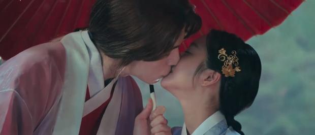 Lee Dong Wook liên tục quện môi Jo Bo Ah, còn có ngay cảnh giường chiếu ở Bạn Trai Tôi Là Hồ Ly tập 2 - Ảnh 3.