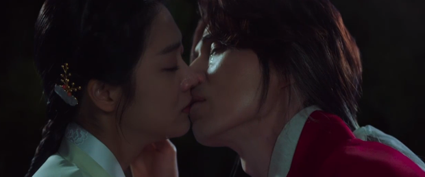 Lee Dong Wook liên tục quện môi Jo Bo Ah, còn có ngay cảnh giường chiếu ở Bạn Trai Tôi Là Hồ Ly tập 2 - Ảnh 5.