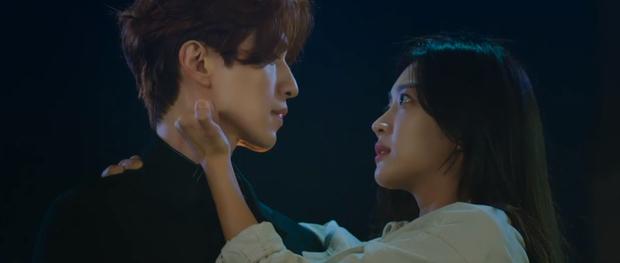 Lee Dong Wook liên tục quện môi Jo Bo Ah, còn có ngay cảnh giường chiếu ở Bạn Trai Tôi Là Hồ Ly tập 2 - Ảnh 6.