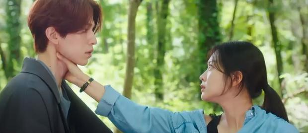 Lee Dong Wook liên tục quện môi Jo Bo Ah, còn có ngay cảnh giường chiếu ở Bạn Trai Tôi Là Hồ Ly tập 2 - Ảnh 9.