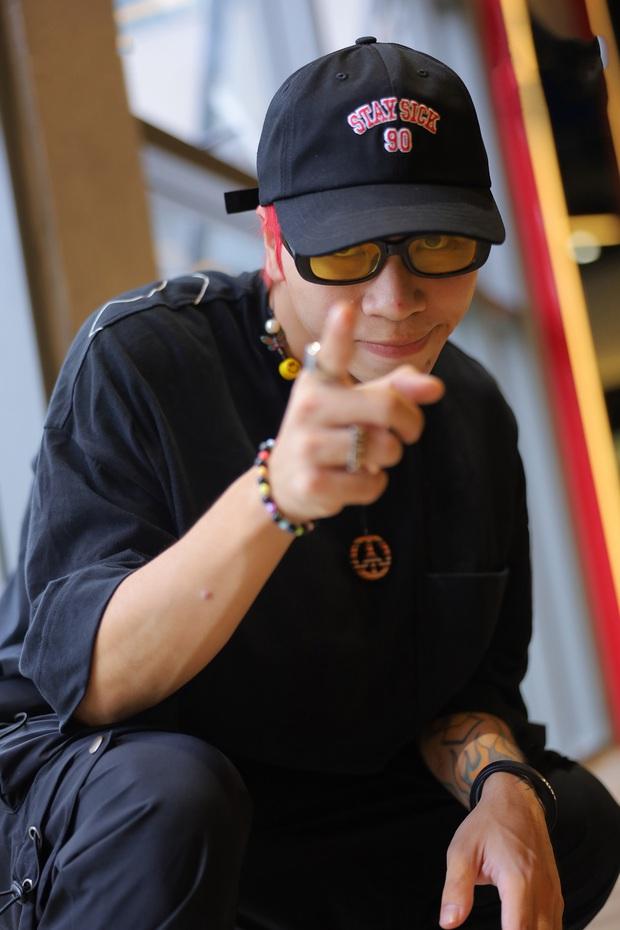 Binz nhiệt tình thị phạm trong hậu trường trận Đối đầu Rap Việt - Ảnh 11.
