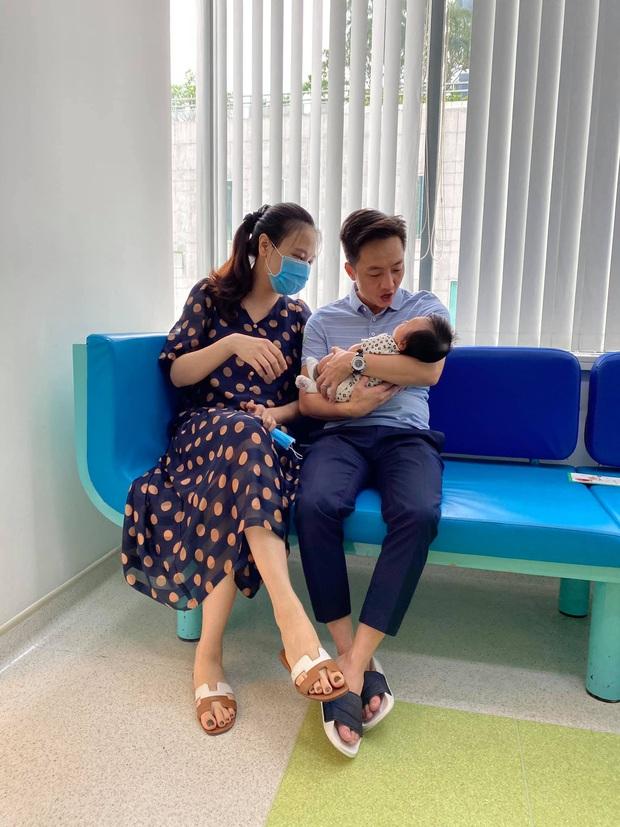 Gia đình Đàm Thu Trang khoe hình ảnh đưa con gái ra ngoài, nhìn là biết Cường Đô La nghiện ái nữ đến mức nào! - Ảnh 2.