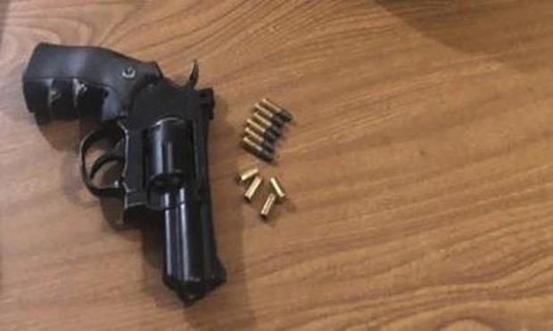 Nhân cả nhà đi vắng, thanh niên mang súng quân dụng ra... bắn chơi - Ảnh 1.