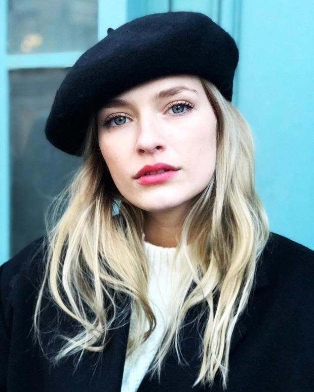 Đừng chỉ khen nữ chính, nữ phụ của Emily Ở Paris mới là quý cô chuẩn phong cách Pháp thanh lịch trong phim lẫn ngoài đời - Ảnh 25.