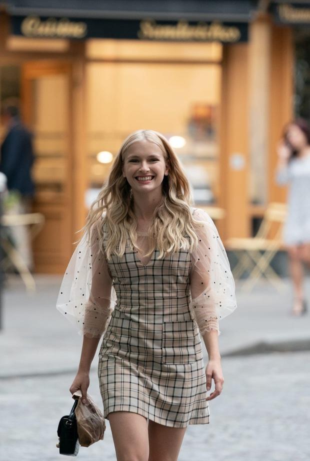 Đừng chỉ khen nữ chính, nữ phụ của Emily Ở Paris mới là quý cô chuẩn phong cách Pháp thanh lịch trong phim lẫn ngoài đời - Ảnh 7.
